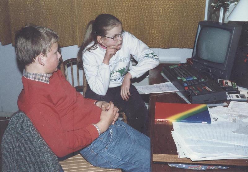 Devant mon Amstrad CPC 464 à résoudre des problèmes de programmation en famille !