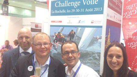 Echanges autour d'un verre sur le stand du Challenge voile avec des membres de l'équipage Pacioli 2012 et de l'équipe IFEC (de gauche à droite : Claude RAMEIX, Benoît RIVIERE, Brice SIMON, Sandrine COHEN-SOLAL)
