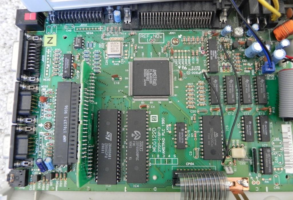 La carte mère du CPC 6128+ : un format compact comparé au 6128 première génération ; à gauche du micro-processeur Z80A, on remarque le port cartouche