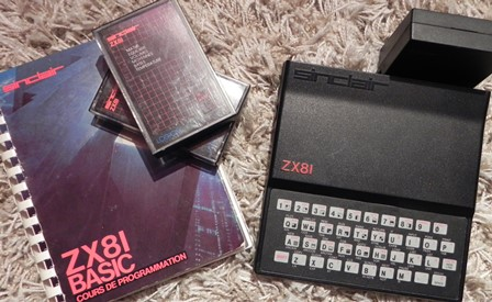 Le ZX81 doté de son extension de mémoire et son guide de programmation