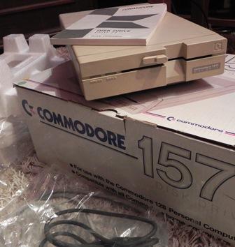 Le lecteur de disquette 1571 de COMMODORE