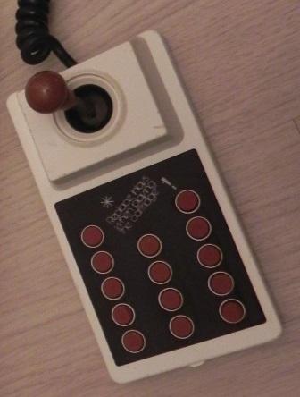 La manette de jeu de la console Intervision 3001 et ses 14 boutons