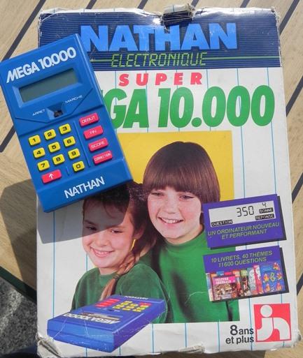 Ordinateur Super Mega 10 000 produit par Jeux Nathan (1984) : 10 livrets, 40 thèmes, 11600 questions !