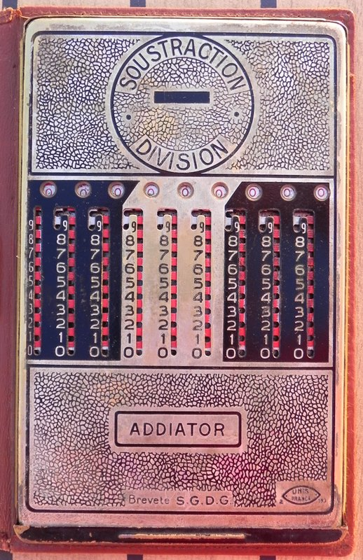 Machine à calculer ADDIATOR (additions, soustractions, multiplications et divisions)