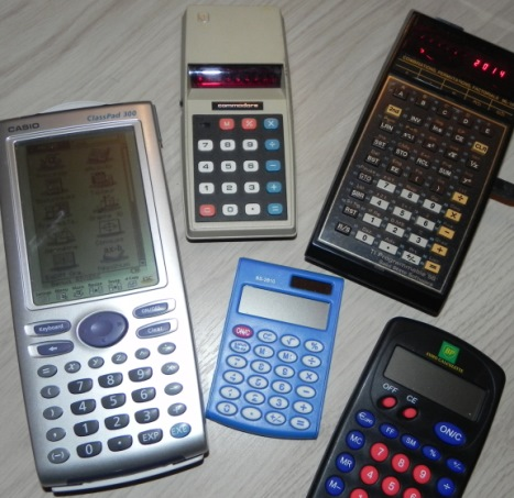 Calculatrices : COMMODORE 776M (1974), TEXAS INSTRUMENTS TI-58 programmable (1977), CASIO CLASSPAD 300 avec tableur intégré (2003), calculatrices diverses (convertisseur Franc/Euro, solaire...)